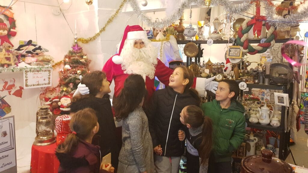 Le Père Noel de Montfrin Livres avec des enfants ©Radio RG30